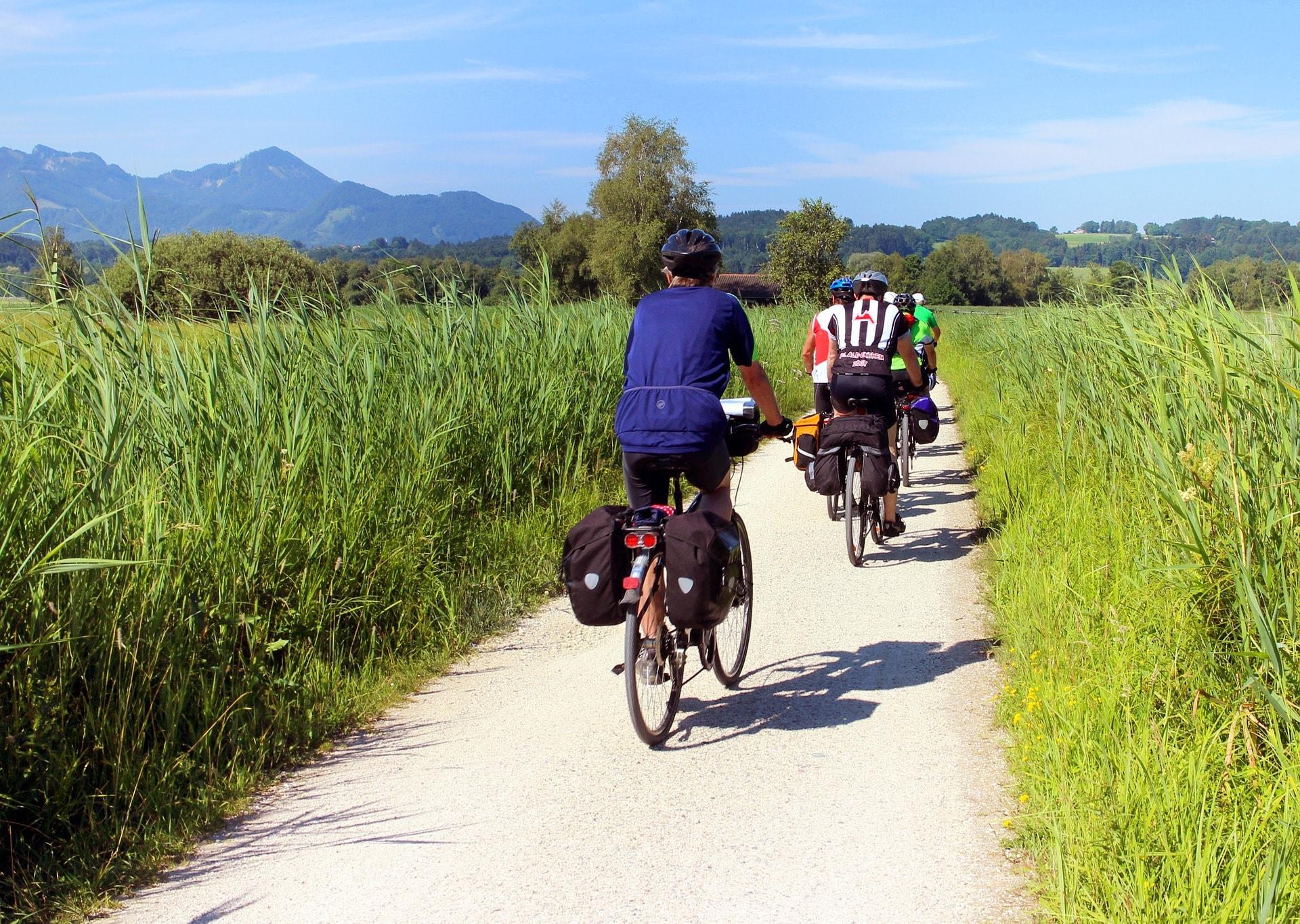 cyclists-847896_1920-min